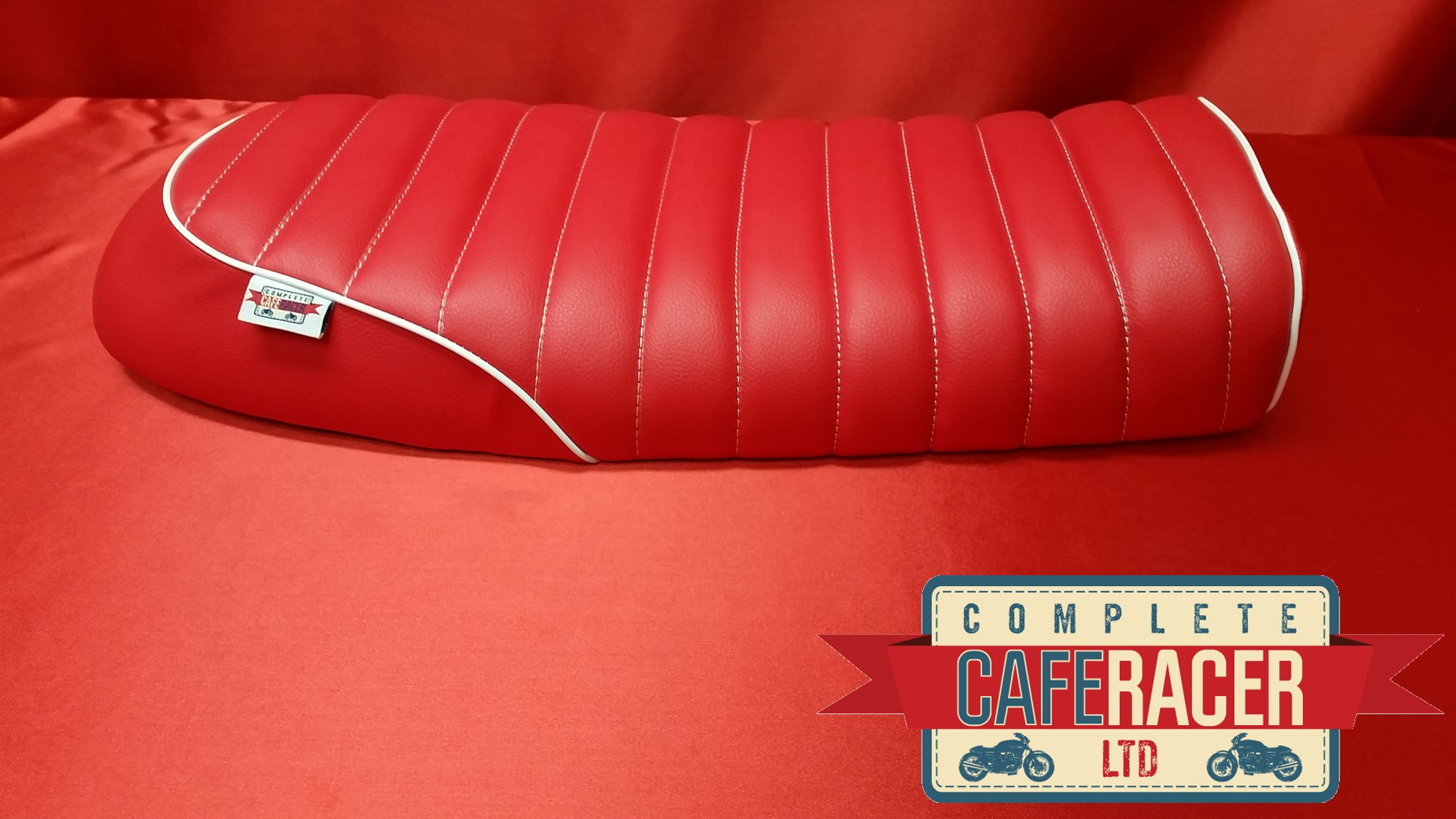(BS21) BRAT / SCRAMBLER STYLE CAFE RACER SEAT IN RED LEATHERETTE