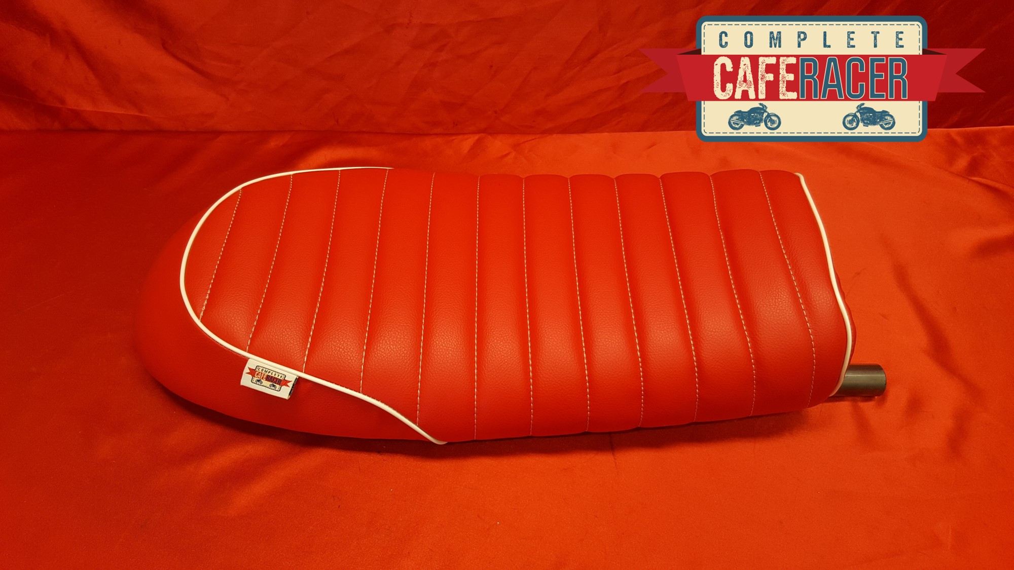 (BS21) BRAT / SCRAMBLER STYLE CAFE RACER SEAT IN RED LEATHERETTE WITH STEEL HOOP